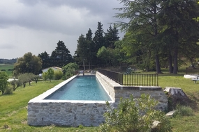 Large swimming-pool to relax with view on the Pyrenees